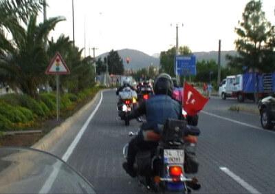 Frau fährt in motorradgruppe